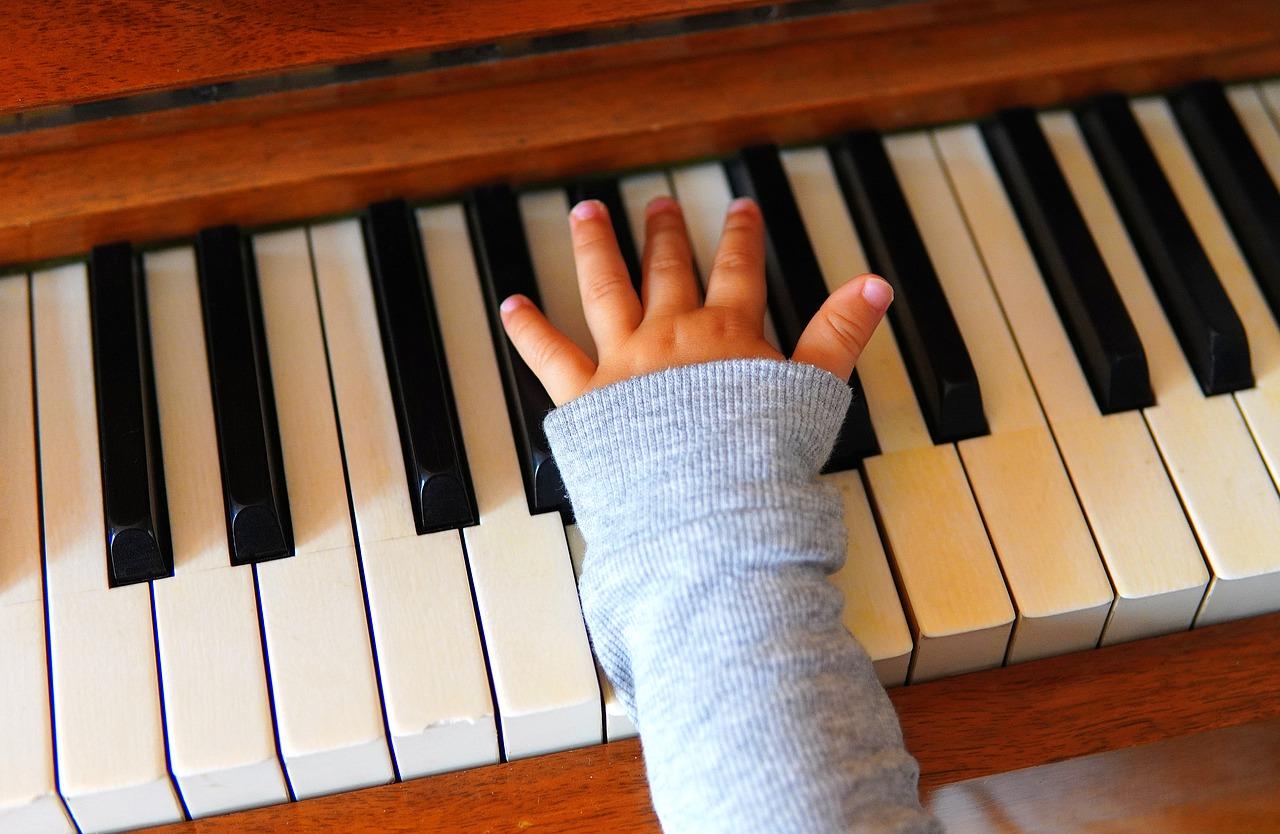 Suonare uno strumento fin da piccoli è importantissimo per lo sviluppo cognitivo dei bambini